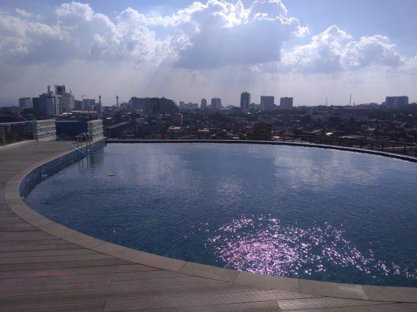 Kolam Renang di Apartemen Somerset Asia Afrika