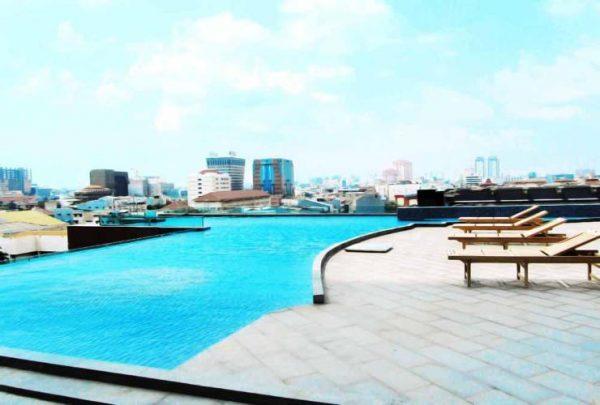 kolam renang di hotel merlynn park hotel