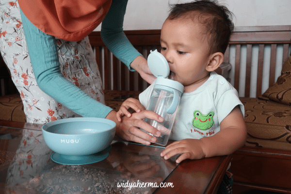 botol minum bayi sedotan