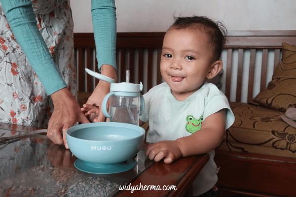 cara mengajari anak minum di gelas