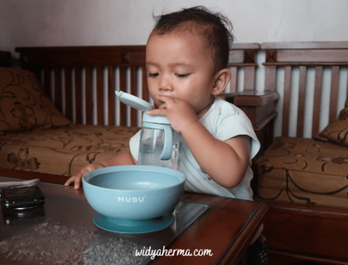 cara mengajarkan bayi minum di gelas