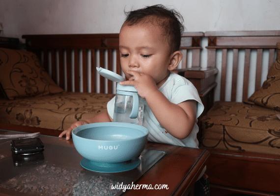Mengajarkan Bayi Minum Menggunakan Mugu Training Bottle