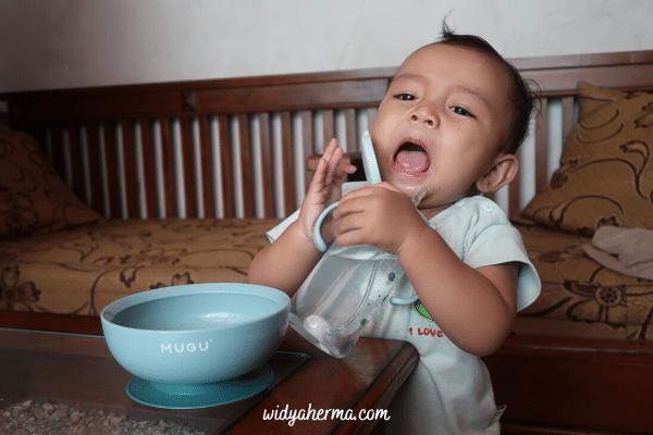 suka duka mengajari bayi minum di gelas