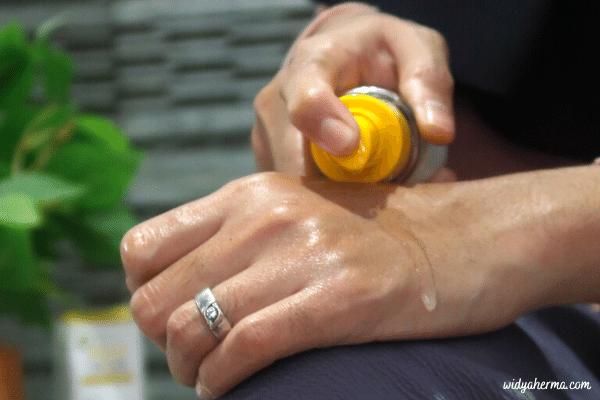 tekstur minyak pijat bayi