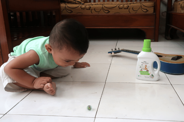 pembersih lantai yang aman untuk bayi